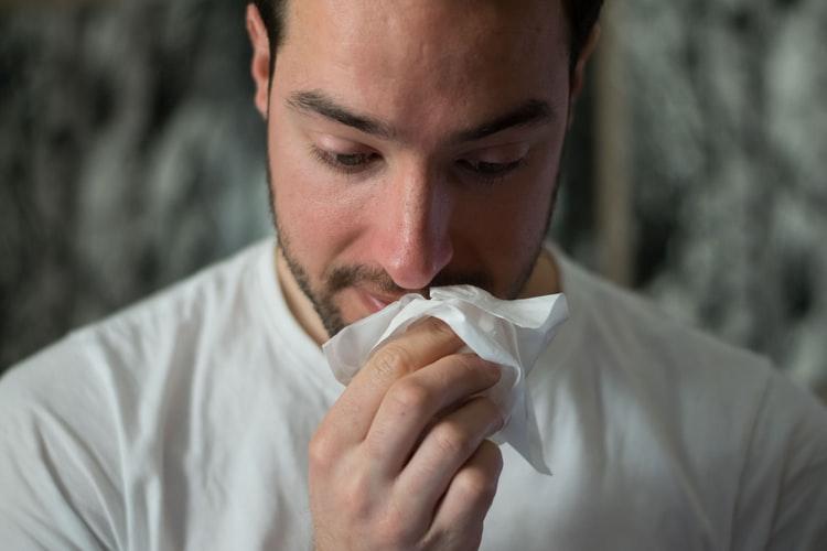 De symptomen en oorzaken van hooikoorts